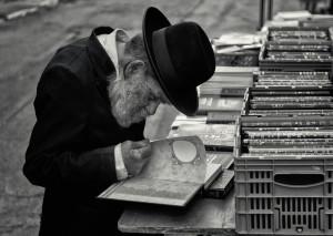 haredi_man_reading_book_mea_shearim-X2-10