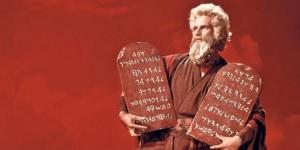 Charlton-Heston-holding-Ten-Commandments